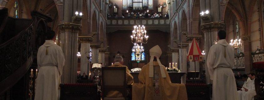 Gregoriaans mannenkoor zingt in de kerk Schiedam - zangkoor
